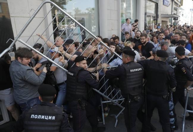 Biểu tình lớn tại Nga, hơn 1.000 người bị bắt giữ - Ảnh 3.