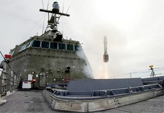 Mỹ thử nghiệm tên lửa chống tăng trên tàu chiến ven bờ - Ảnh 1.