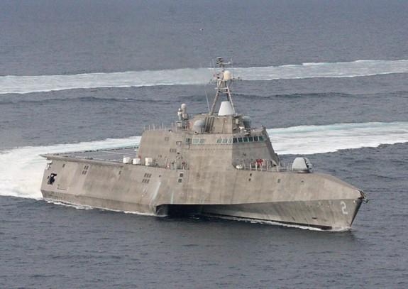 Mỹ thử nghiệm tên lửa chống tăng trên tàu chiến ven bờ - Ảnh 2.