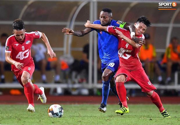 Bầu Hiển của Hà Nội FC xuống động viên CLB Quảng Nam giữa cuộc chiến trụ hạng và tin đồn một ông chủ nhiều đội bóng - Ảnh 1.