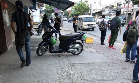 Bắt băng chuyên dàn cảnh móc túi trên xe buýt ở Sài Gòn - Ảnh 2.