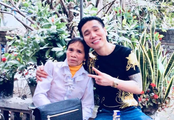 Những hình ảnh khắc khổ của mẹ ca sĩ Châu Việt Cường trước khi bị tàu hỏa đâm tử vong - Ảnh 1.