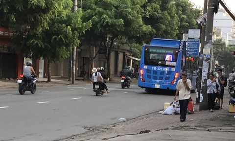 Bắt băng chuyên dàn cảnh móc túi trên xe buýt ở Sài Gòn - Ảnh 3.