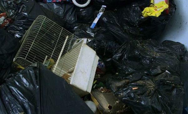 Hãi hùng trước căn nhà ngập ngụa rác, không hề lau dọn suốt 5 năm trời - Ảnh 4.