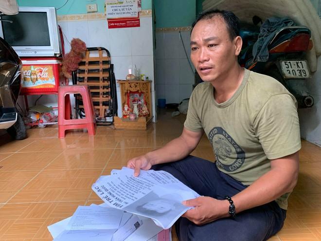 Người cha ở Sài Gòn ôm con khóc trong hạnh phúc sau hơn 4 tháng tìm kiếm mỏi mòn - Ảnh 1.