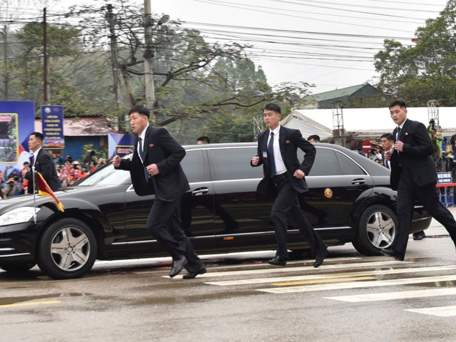 Tiết lộ lý do bất ngờ nhóm vệ sĩ chạy bộ theo xe Chủ tịch Kim Jong-un - Ảnh 4.