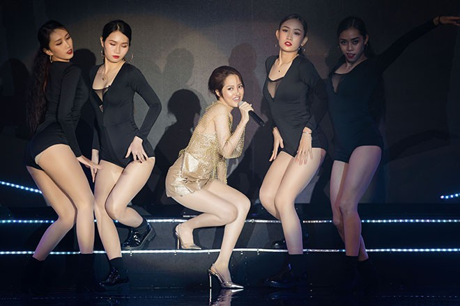 Hoa hậu Thu Hoài gây bất ngờ khi hôn tay Mỹ Tâm - Ảnh 8.