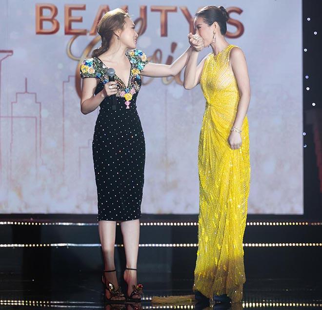 Hoa hậu Thu Hoài gây bất ngờ khi hôn tay Mỹ Tâm - Ảnh 12.