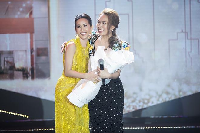 Hoa hậu Thu Hoài gây bất ngờ khi hôn tay Mỹ Tâm - Ảnh 13.