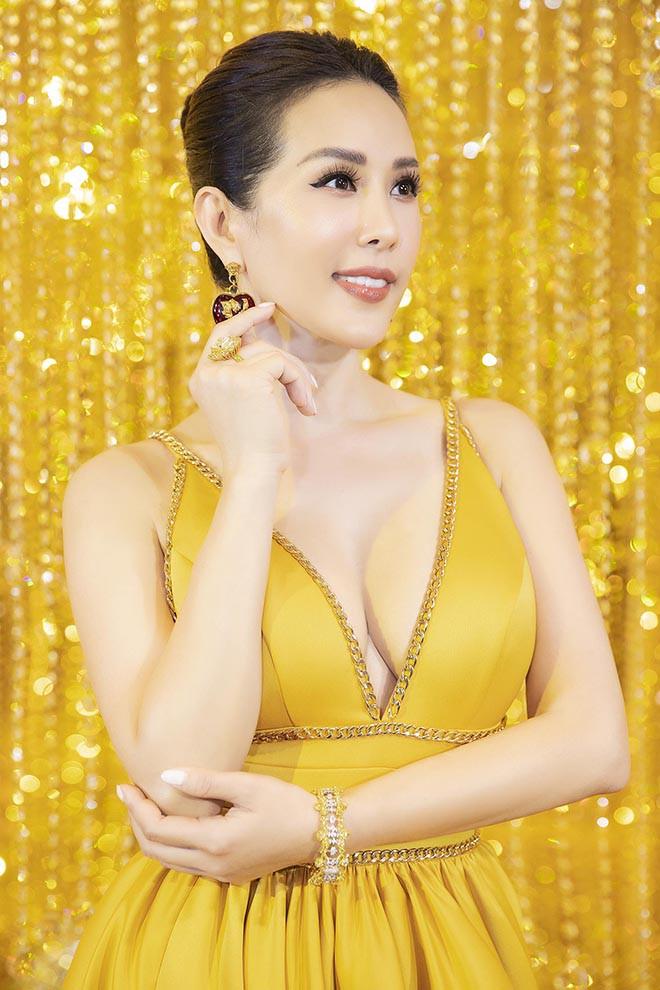 Hoa hậu Thu Hoài gây bất ngờ khi hôn tay Mỹ Tâm - Ảnh 1.
