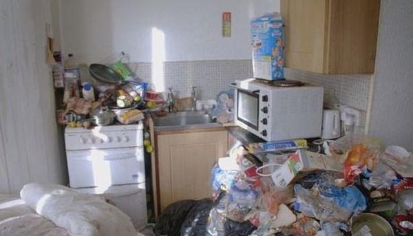 Cho thuê nhà, ông chủ hoảng hốt khi thấy nhà chẳng khác gì bãi rác ngập ngụa trăm thứ đồ, phải tốn tới hơn 170 triệu để dọn sạch - Ảnh 2.
