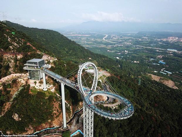 Cận cảnh chiếc cầu kính cao 500m kèm thác nước siêu to khổng lồ mới ra mắt khiến dân tình mê mệt ở Trung Quốc - Ảnh 1.