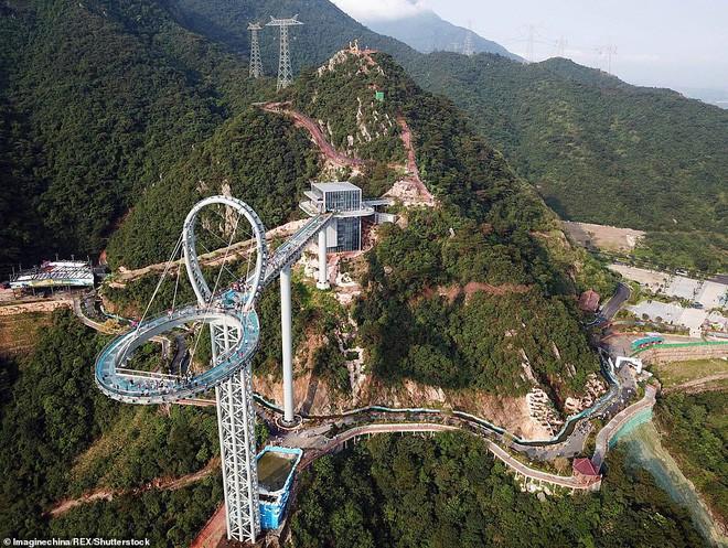Cận cảnh chiếc cầu kính cao 500m kèm thác nước siêu to khổng lồ mới ra mắt khiến dân tình mê mệt ở Trung Quốc - Ảnh 3.