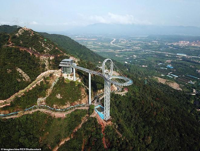 Cận cảnh chiếc cầu kính cao 500m kèm thác nước siêu to khổng lồ mới ra mắt khiến dân tình mê mệt ở Trung Quốc - Ảnh 4.