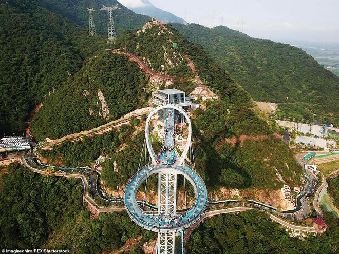 Cận cảnh chiếc cầu kính cao 500m kèm thác nước siêu to khổng lồ mới ra mắt khiến dân tình mê mệt ở Trung Quốc - Ảnh 5.