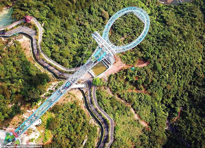 Cận cảnh chiếc cầu kính cao 500m kèm thác nước siêu to khổng lồ mới ra mắt khiến dân tình mê mệt ở Trung Quốc - Ảnh 6.