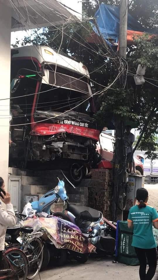 Clip: Khoảnh khắc xe khách 45 chỗ mất lái, gây tai nạn liên hoàn trên cầu Bãi Cháy - Ảnh 4.
