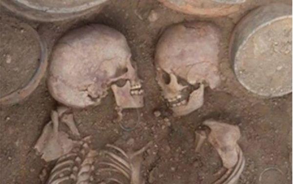 Phát hiện ngôi mộ của cặp đôi Romeo và Juliet cổ đại người Kazakhstan - Ảnh 1.