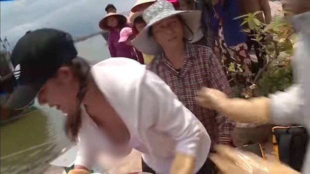 Thí sinh Cuộc đua kỳ thú để lộ khoảnh khắc nhạy cảm trên sóng truyền hình - Ảnh 2.