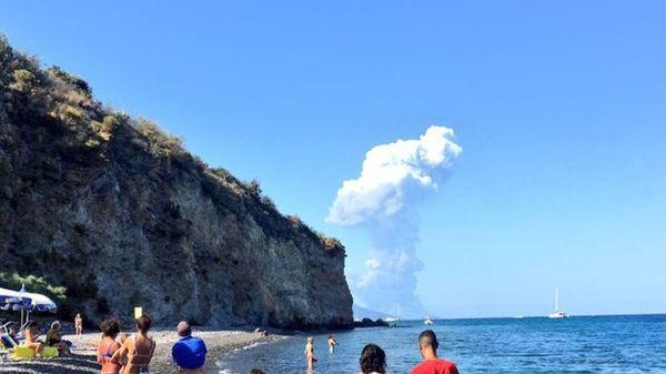 Núi lửa phun trào tung tro bụi khổng lồ trên đảo của Ý, khách du lịch phải nhảy xuống biển - Ảnh 1.