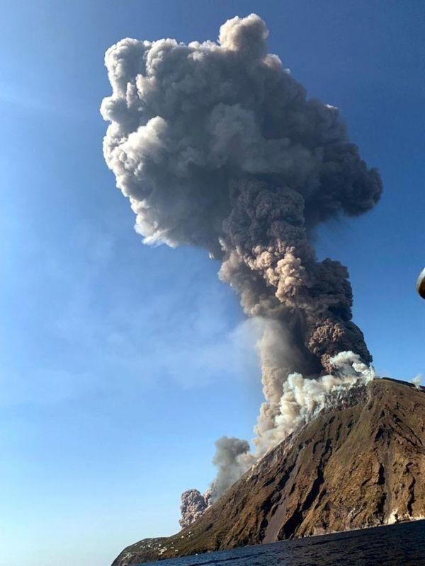 Núi lửa phun trào tung tro bụi khổng lồ trên đảo của Ý, khách du lịch phải nhảy xuống biển - Ảnh 2.