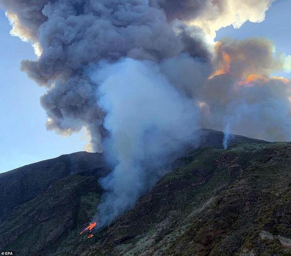 Núi lửa phun trào tung tro bụi khổng lồ trên đảo của Ý, khách du lịch phải nhảy xuống biển - Ảnh 3.
