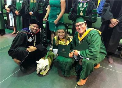 Mải mê chụp ảnh với đám bạn, nữ sinh vô ý bị chú chó Bull Anh cắn rách bằng tốt nghiệp - Ảnh 3.