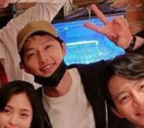 NÓNG: Song Joong Ki lần đầu xuất hiện sau tuyên bố ly hôn Song Hye Kyo, gương mặt tươi tắn vui vẻ đến mức bất ngờ - Ảnh 3.