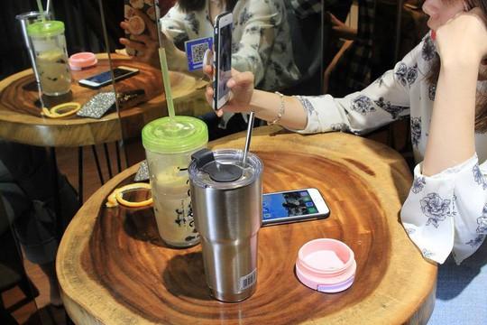 """Uống thử trà sữa... """"Fake"""" ẩn mình sau các ứng dụng đặt hàng online, pha chế thủ công và giá chỉ bằng 1/2 hàng thật - Ảnh 1."""