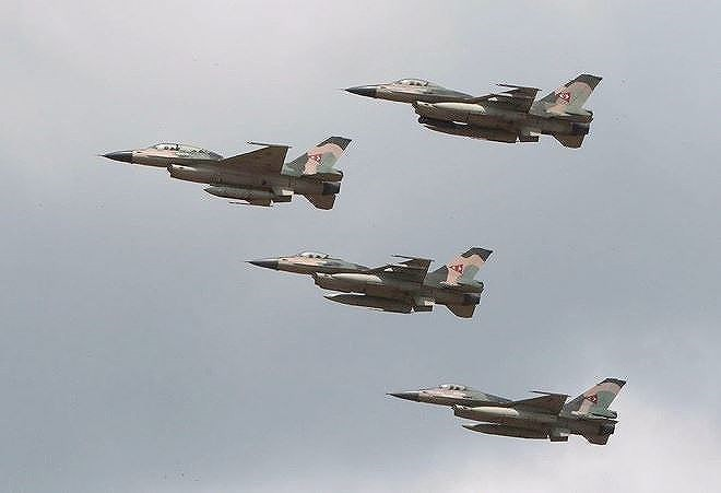 Chiến đấu cơ F-16 bay trên bầu trời Venezuela trong ngày quốc khánh - Ảnh 9.