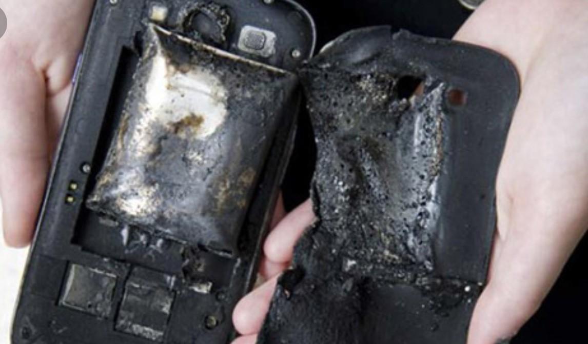 Một người tử vong vì nổ điện thoại, lời cảnh tỉnh cho thói quen vừa sạc pin vừa lướt điện thoại - Ảnh 1.