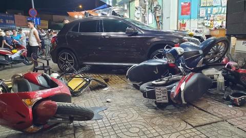 Hiện trường kinh hoàng sau khi nữ tài xế lái Mercedes tông xe máy nằm la liệt ở Sài Gòn - Ảnh 1.