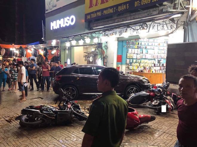 Hiện trường kinh hoàng sau khi nữ tài xế lái Mercedes tông xe máy nằm la liệt ở Sài Gòn - Ảnh 5.