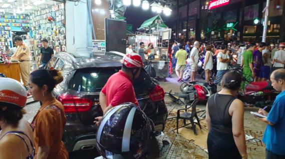 Nhân chứng kể phút nữ tài xế lái ô tô Mercedes đâm hàng loạt xe máy, 6 người bị thương ở TP.HCM - Ảnh 2.