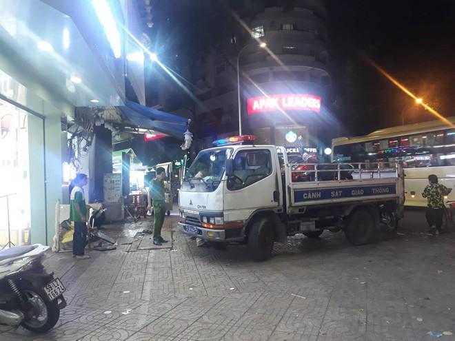 Hiện trường kinh hoàng sau khi nữ tài xế lái Mercedes tông xe máy nằm la liệt ở Sài Gòn - Ảnh 7.