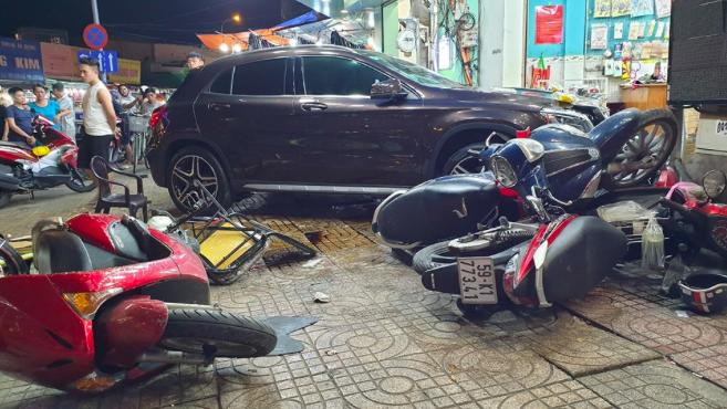 Nữ tài xế lái Mercedes tông xe máy nằm la liệt: Không say, không bỏ trốn và có đi giày cao gót - Ảnh 1.