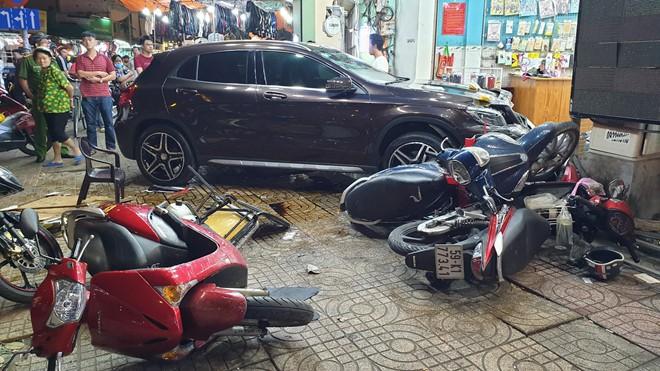 Nữ tài xế lái Mercedes đâm hàng loạt người ở Sài Gòn: Xe mượn của bạn, đạp nhầm chân ga - Ảnh 2.