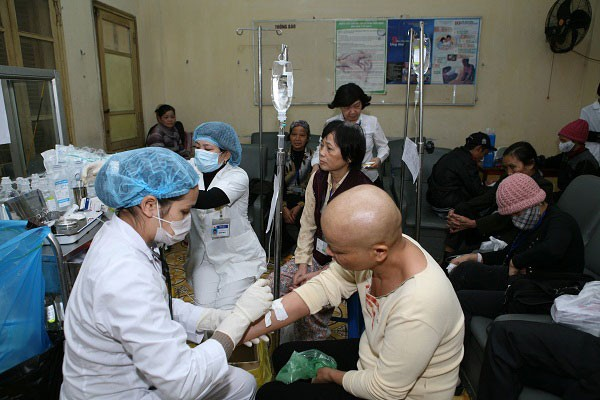 Bác sĩ bệnh viện Ung bướu TP.HCM chỉ ra 6 thủ phạm làm tăng nguy cơ ung thư cần tránh xa - Ảnh 1.