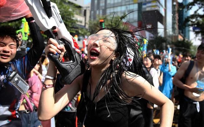24h qua ảnh: Mọi người nhảy múa trong lễ hội súng nước Hàn Quốc - Ảnh 3.
