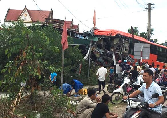 Xe khách chở hơn 20 người chạy loạng quạng rồi lao vào nhà dân, nát bét phần đầu - ảnh 1