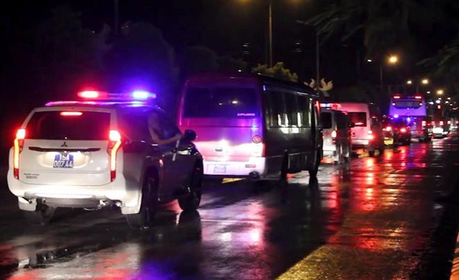 Cận cảnh quá trình dẫn độ gần 400 nghi phạm Trung Quốc về nước lúc 3h sáng - Ảnh 2.