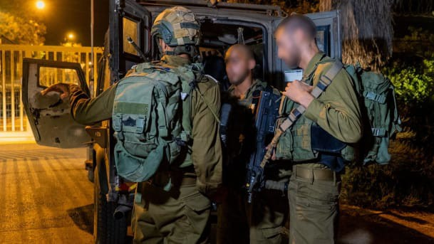 Súng AK-47 và lựu đạn khai hỏa tới tấp khiến nhiều binh sĩ Israel bị thương - Lính Israel phản ứng quá chậm? - Ảnh 1.