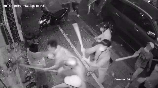 Nhóm giang hồ đập phá nhà hàng ở Sài Gòn, chủ nhà hàng nói mất túi xách chứa 200 triệu - Ảnh 1.