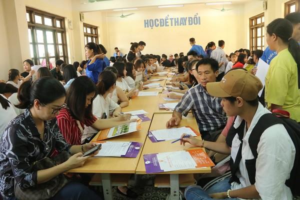 Hàng ngàn tân SV làm thủ tục nhập học đợt 1 tại Trường ĐH Đại Nam - Ảnh 2.