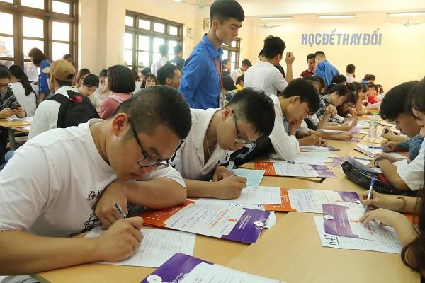 Hàng ngàn tân SV làm thủ tục nhập học đợt 1 tại Trường ĐH Đại Nam - Ảnh 3.