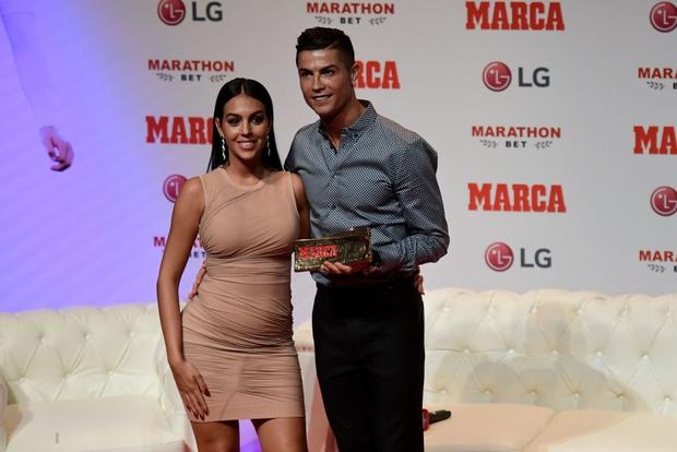 Giữa cơn bão nghi vấn về việc có bầu, bạn gái của Ronaldo xuất hiện cực kỳ thần thái nhưng được khen hết lời nhờ các bước catwalk - Ảnh 3.