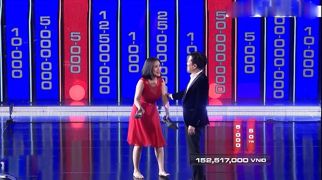 MC Cát Tường bị chỉ trích vì cởi giày, nằm ra sân khấu trên sóng truyền hình - Ảnh 1.