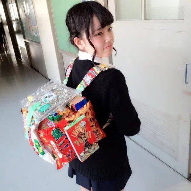 Bắt trend mùa khai giảng 2019, mẫu ba lô được mix từ bánh kẹo như canteen mini được chia sẻ khắp mọi mặt trận - Ảnh 1.
