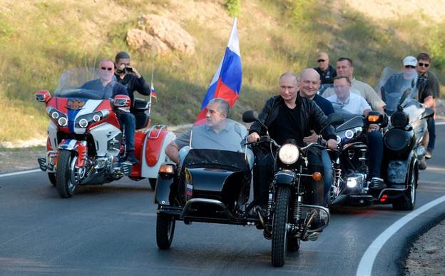 24h qua ảnh: Tổng thống Putin điều khiển mô tô diễu hành ở Crimea - Ảnh 3.