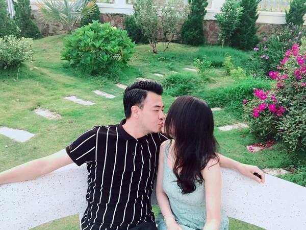Cuộc sống sau 7 năm kết hôn cùng vợ gia thế của Quốc - MC Tuấn Tú - Ảnh 2.